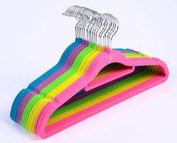 cabide de veludo colorido